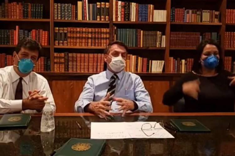 Bolsonaro usando mascara em live