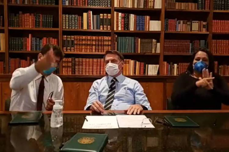 Presidente Jair Bolsonaro, ministro da Saúde Luiz Henrique Mandetta e intérprete de Libras usaram máscaras durante a transmissão