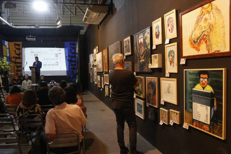 Leilão com obras de Fagner, Belchior, Adísia sá e outros artistas cearenses reuniu apreciadores em Fortaleza nesta quinta-feira (Foto: BÁRBARA MOIRA)