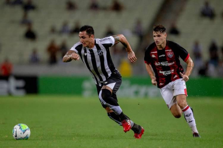 Vina durante partida entre Ceará e Vitória na Arena Castelão pela Copa do Brasil.  (Foto: Aurélio Alves/ O POVO)