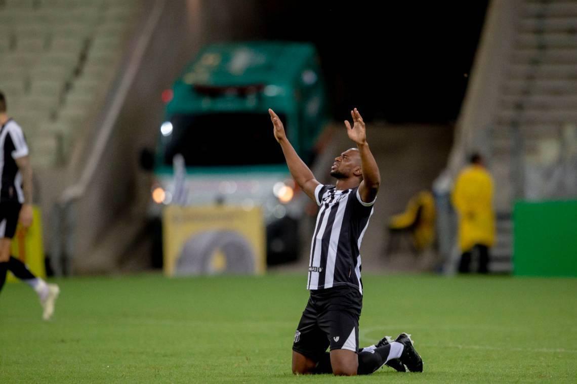 Luiz Otávio na partida entre Ceará e Vitória na Arena Castelão pela Copa do Brasil.