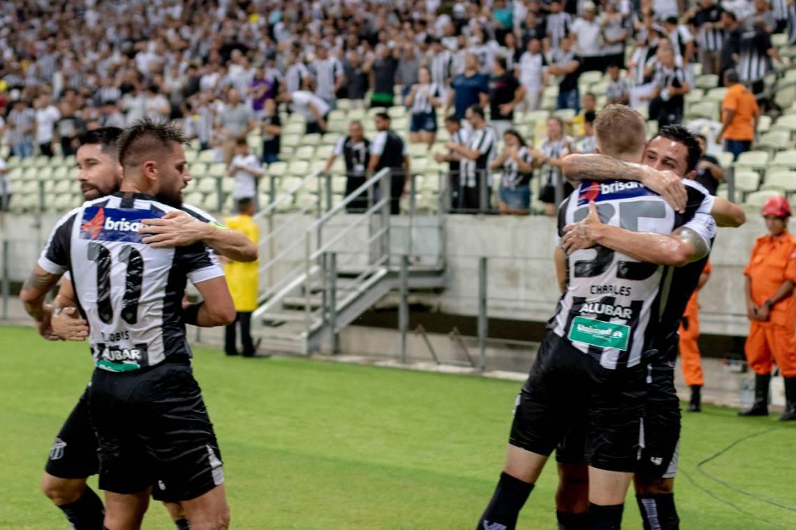 Ricardinho, Rafael Sobis, Vina e Charles comemoram gol marcado na partida entre Ceará e Vitória na Arena Castelão pela Copa do Brasil.