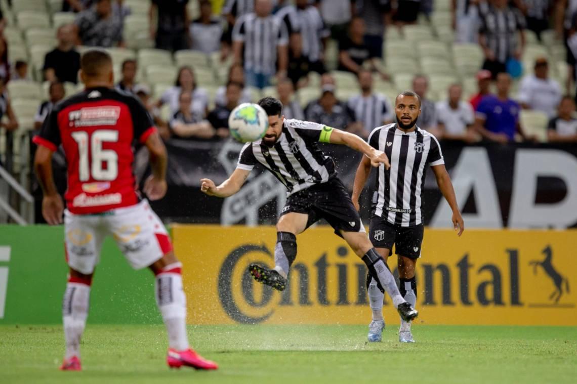 Ricardinho finaliza durante partida entre Ceará e Vitória na Arena Castelão pela Copa do Brasil.
