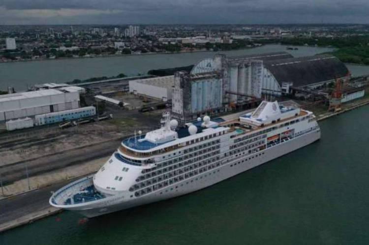 Navio está atracado no Porto do Recife