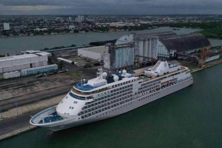 Navio está atracado no Porto do Recife (Foto:  TIÃO SIQUEIRA/JC IMAGEM)