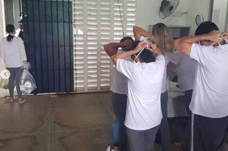 Familiares de detentos recebem máscaras na entrada das unidades prisionais cearenses