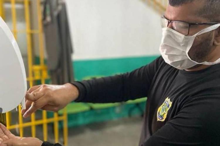Agentes penitenciários recebem máscaras e são orientados a usar álcool em gel  (Foto: Divulgação/Sap )