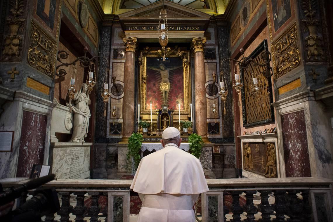 Papa Francisco foi a Roma para rezar diante do crucifixo milagroso da capela de S. Marcello al Corso pelo fim da pandemia (Foto:  VATICAN MEDIA / AFP)