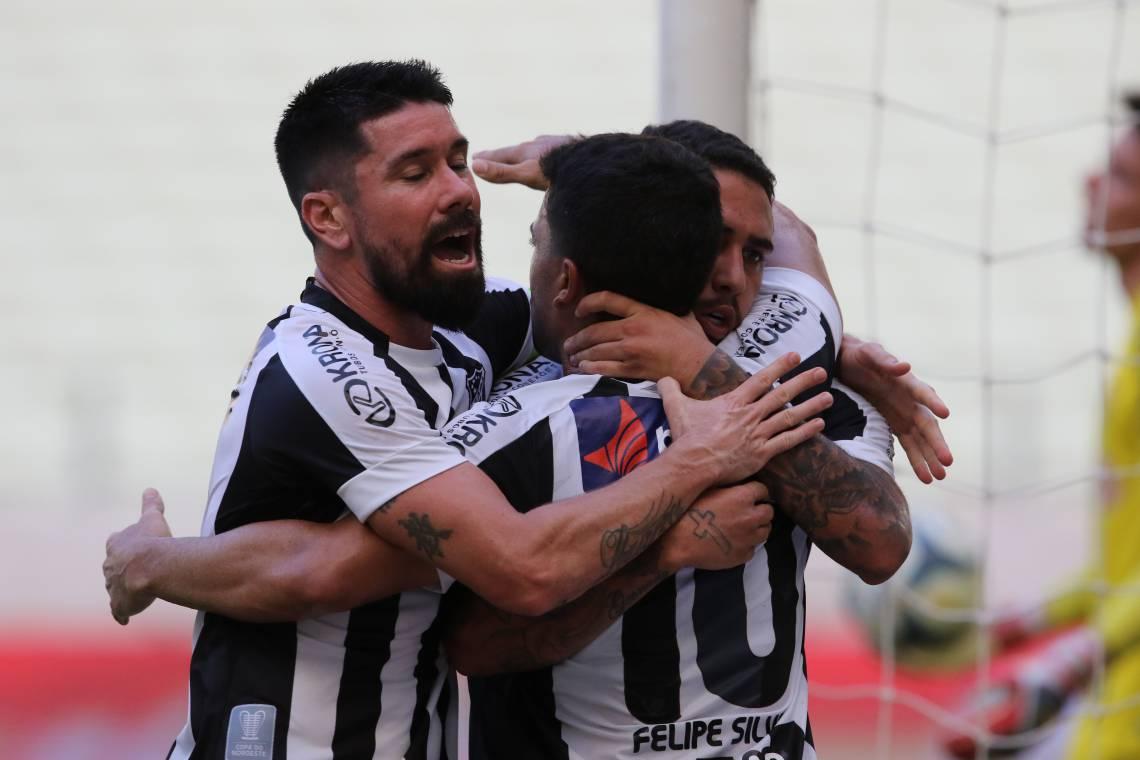 Jogadores do Ceará comemoram gol no Castelão