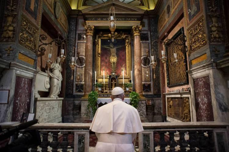 Papa Francisco foi a Roma para rezar diante do crucifixo milagroso da capela de S. Marcello al Corso pelo fim da pandemia