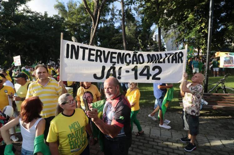 FORTALEZA, CE, Brasil. 15-03-2020: Manifestação em apoio ao presidente Jair Bolsonaro na praça do Imprensa. Manifestante levaram placas e criticaram congresso e STF.  (Foto: Júlio Caesar / O Povo)