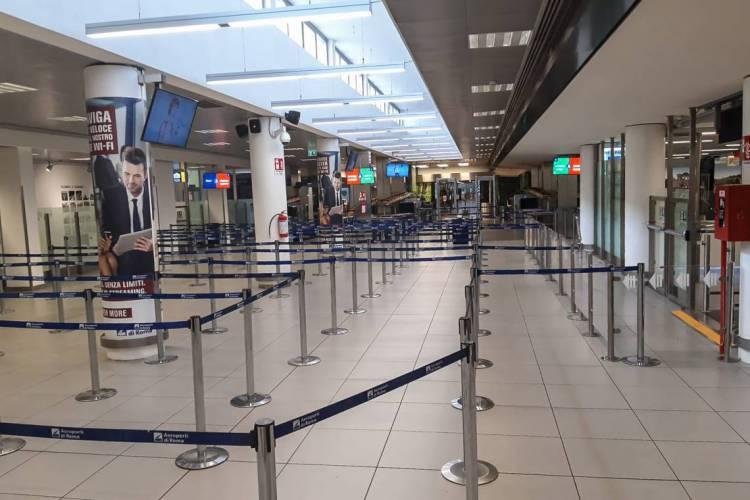 Esta fotografia de folheto tirada e divulgada pela Autoridade do Aeroporto de Fiumicino (ADR) de Roma em 14 de março de 2020 mostra uma área de passageiros fechada do aeroporto de Ciampino, perto de Roma, durante o surto de COVID-19 causado pelo novo coronavírus. - A ADR disse:
