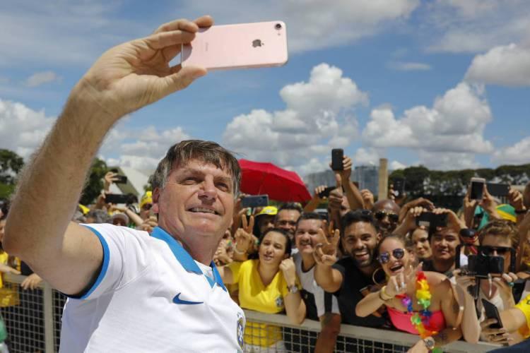 Bolsonaro faz selfie em ato de apoiadores, em frente ao Planalto, no último dia 15 (Foto: Sergio LIMA / AFP)