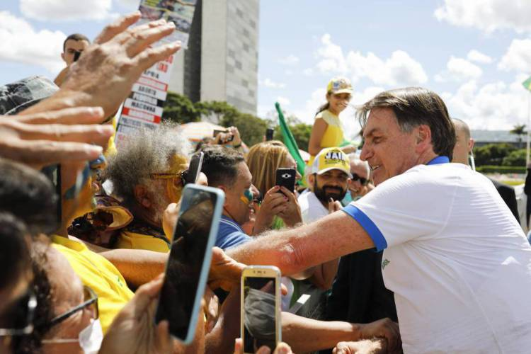 Sob suspeita de coronavirus, Bolsonaro cumprimenta apoiadores em frente ao Palácio do Planalto, após um protesto contra o Congresso e STF (Foto: Sergio LIMA / AFP). (Foto: Sergio LIMA / AFP)
