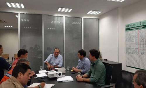 O Prefeito Dr. Barreto se reúne juntamente com o deputado estadual Audic Mota e o deputado federal Júnior Mano, na sede da CBMCE, para definir ações para resolver a situação de calamidade pública em Quiterianópolis