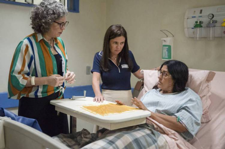 Jane (Isabel Teixeira) e Thelma (Adriana Esteves) visitam Lurdes (Regina Casé) em