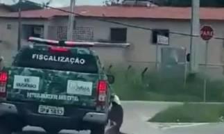 Um vídeo mostrou o momento que o cão é arrastado ao ficar preso na carroceria do automóvel