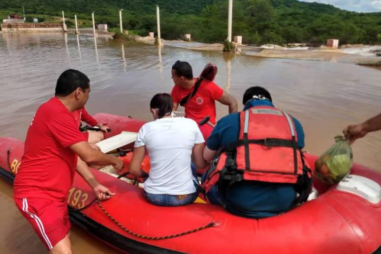 Corpo de Bombeiros faz resgate de pessoas isoladas em comunidades com acesso inviabilizado.