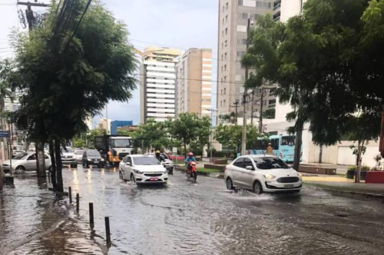 Ponto de alagamento entre a Avenida da Abolição e a rua Silva Paulet