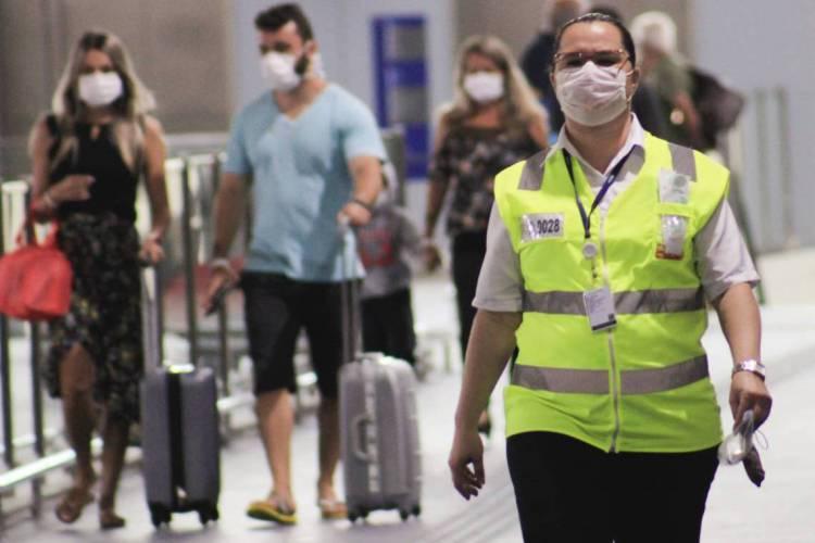 FORTALEZA, CE, BRASIL 17-03-2020: Movimentação de passageiros em meio a Pandemia do novo corona vírus no Aeroporto Intenacional Pinto Martins (Foto: Sandro Valentim/O POVO) Ca 05.06.2020 (Foto: Sandro Valentim)