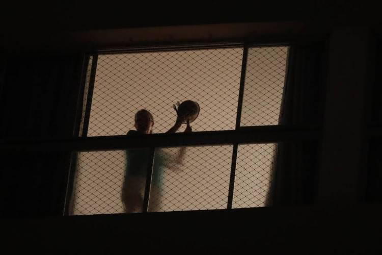 São Paulo, 18 de março de 2020, Moradora de prédio no bairro de Perdizes, na zona oeste de São Paulo, participa de