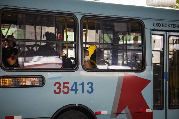 Ônibus estão rodando com menos gente desde o decreto do Governo do Estado  (Foto: Thaís Mesquita)