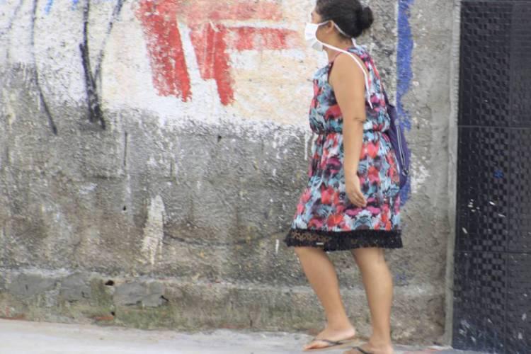 FORTALEZA, CE, BRASIL 18-03-2020: Ciclistas e Pedestres utilizam mascaras de proteção no intuito de evitar contaminação do novo coronavírus (Foto: Sandro Valentim)