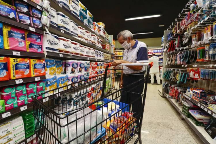 As ações conduzidas por fiscais da Vigilância Sanitária do Estado autuaram dois supermercados por descumprimento às normas do Decreto Estadual. (Foto: DEÍSA GARCÊZ/Especial para O POVO)
