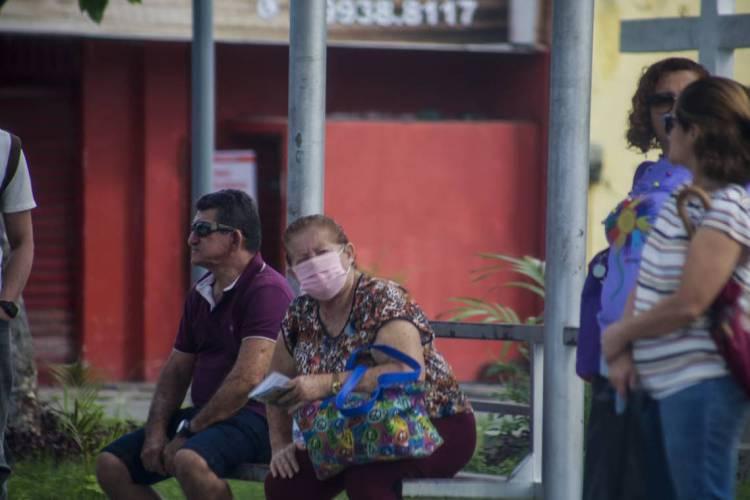 Pessoas na rua usam mascaras para se proteger do novo Coronavírus em Fortaleza (Foto: Thaís Mesquita)