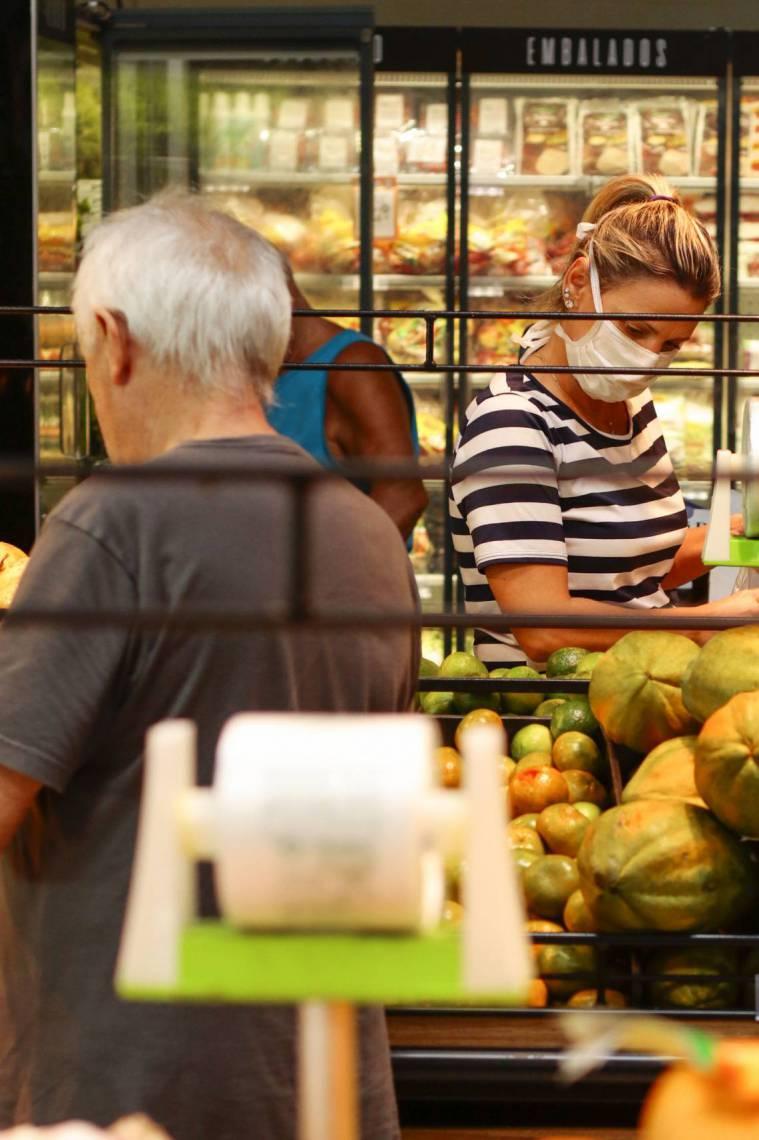 Com pagamento de R$ 200 em dois meses, governo quer estimular consumo nos supermercados de bairros e cidades do interior