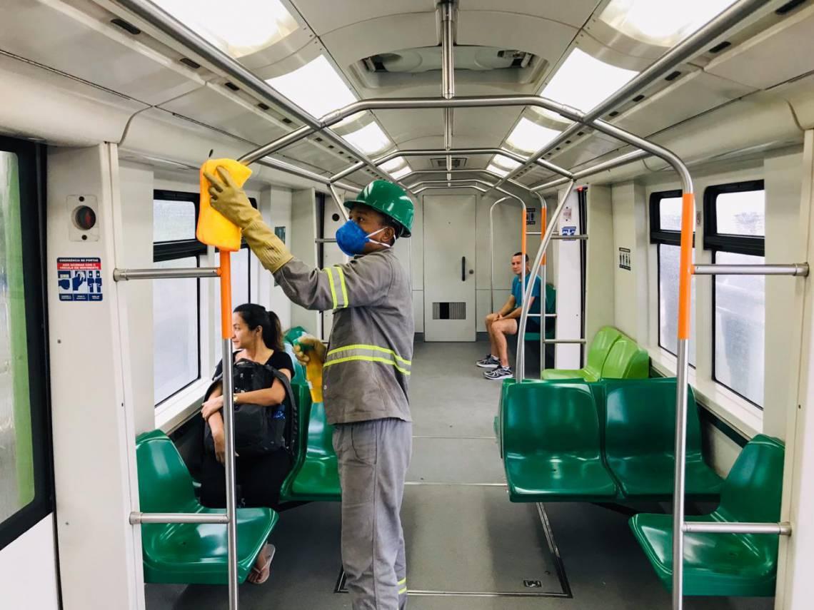 Entre as ações, está a intensificação da limpeza das partes internas dos veículos e das estações. A limpeza nos trens é feita a cada duas horas.  (Foto: Divulgação/Metrofor)