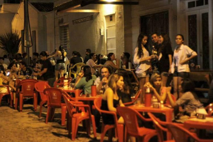 Lojas, bares, restaurantes e igrejas serão fechados para tentar conter o coronavírus, anuncia Camilo (Foto: O POVO)