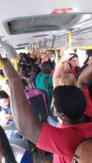 Os passageiros sentiram redução da frota e rodaram em ônibus lotados