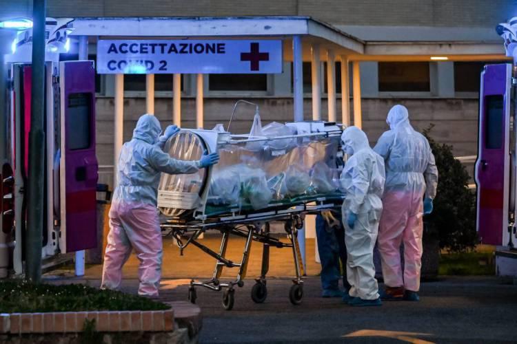 Segundo estudo da universidade americana Johns Hopkins, o número de pessoas curadas do coronavírus é quatro vezes maior que o de mortas (Foto: ANDREAS SOLARO / AFP)