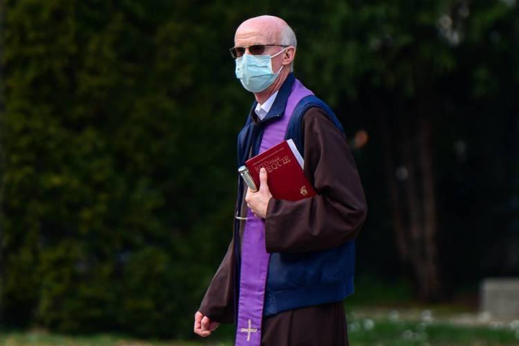 Máscaras têm sido usadas no mundo inteiro como forma de impedir infecção de pessoas (Foto: Piero Cruciatti / AFP)