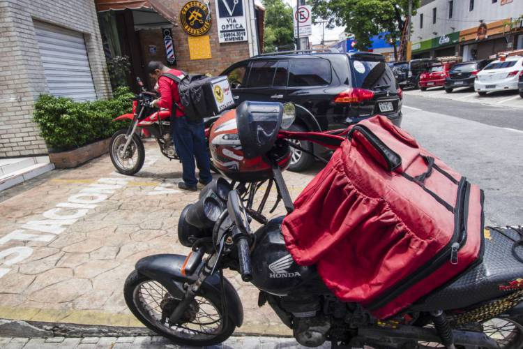 FORTALEZA, CE, Brasil. 20.03.2020: Por conta da Pandemia do novo Coronavirus, os serviços de delivery alimenticio tem apresentado um aumento expressivo. (Fotos: Thais Mesquita/O POVO) (Foto: Thaís Mesquita)
