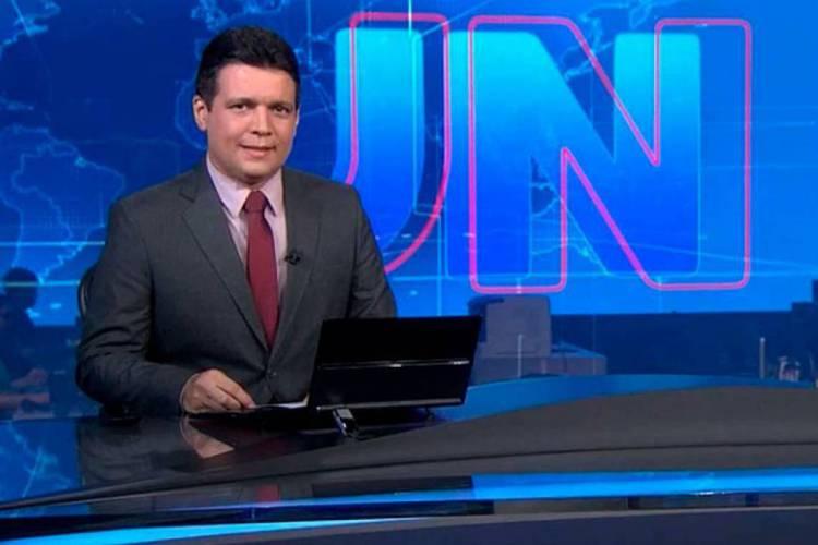 Marcelo foi um dos jornalistas que apresentou o Jornal Nacional durante rodízio nos fins de semana (Foto: Reprodução TV Globo)