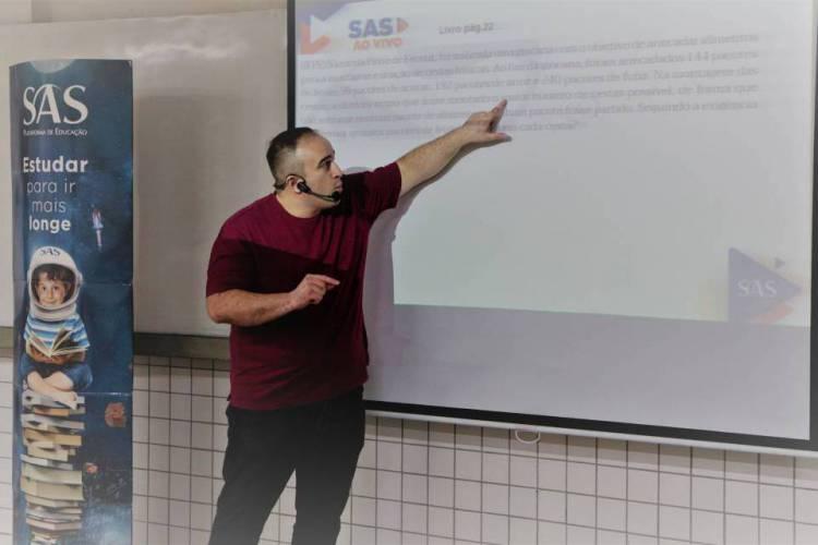 Professor dá aula online para a população (Foto: SASTV / Divulgação)