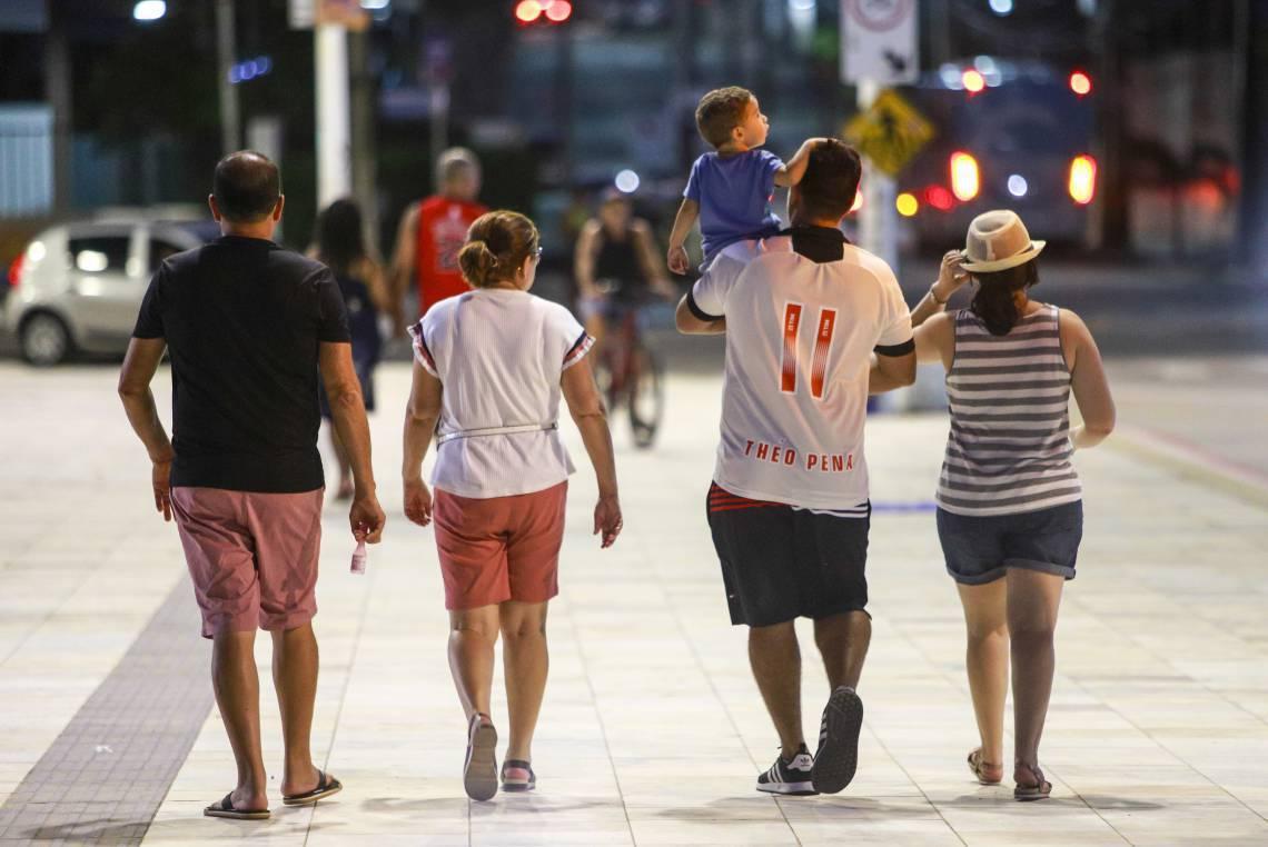 NO CALÇADÃO DA BEIRA MAR, ontem, famílias passeavam apesar do alerta sobre a necessidade isolamento para interromper transmissão do vírus (Foto: FCO FONTENELE)