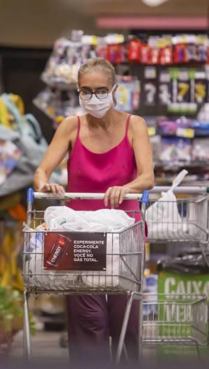 FORTALEZA, CE, BRASIL, 21-03-2020: Mulher de mascara fazendo compras em supermercado. Segundo dia do decreto da quarentena, pessoa ficam em casa em isolamento. (Foto: Aurelio Alves/O POVO)..