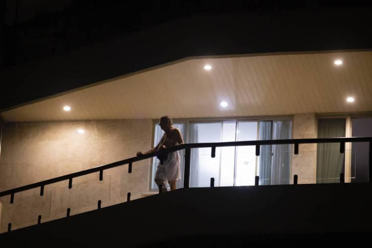 Moradores de condomínios estão em casa devido as medidas de isolamento social; gastos em casa podem aumentar e algumas contas podem ser deixadas de lado, como a taxa condominial (Foto: AURELIO ALVES)