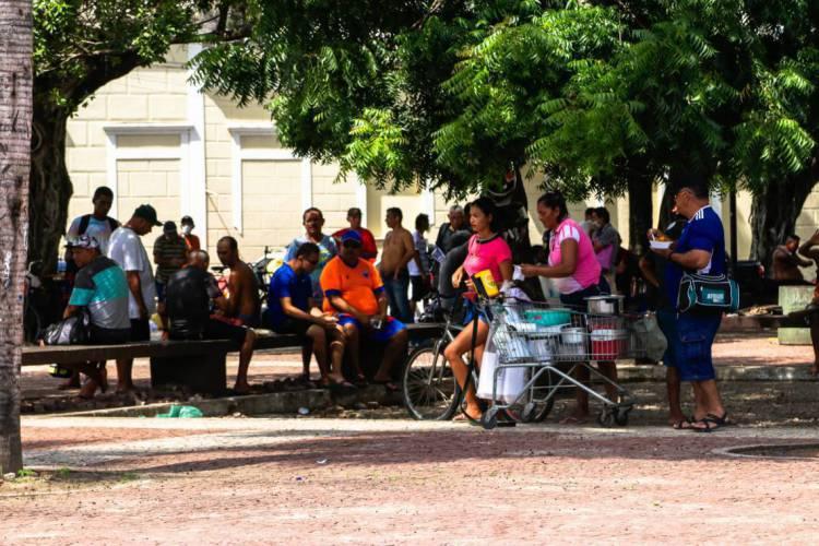 FORTALEZA, CE, BRASIL, 21-03-2020: Pessoas aglomeradas nas ruas do centro não obedecendo o período de quarentena no Ceará. (Foto: Beatriz Boblitz/ O POVO) (Foto: BEATRIZ BOBLITZ)