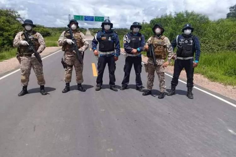 Militares estaduais fazem bloqueios em divisas em cumprimento a medidas para conter Coronavírus  (Foto: via WhatsApp O POVO )
