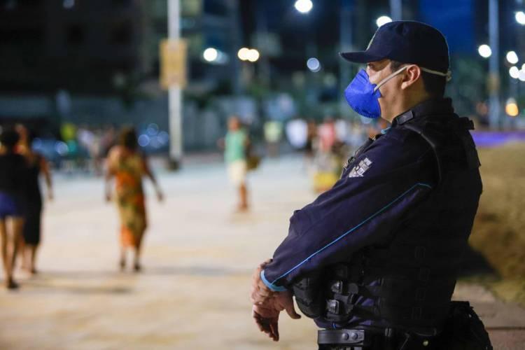 Máscaras são destinadas a policiais civis e militares, bombeiros e profissionais da perícia forense no Ceará (Foto: FCO FONTENELE)