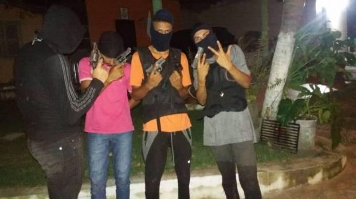 Criminosos presos ostentavam armas e coletes balísticos