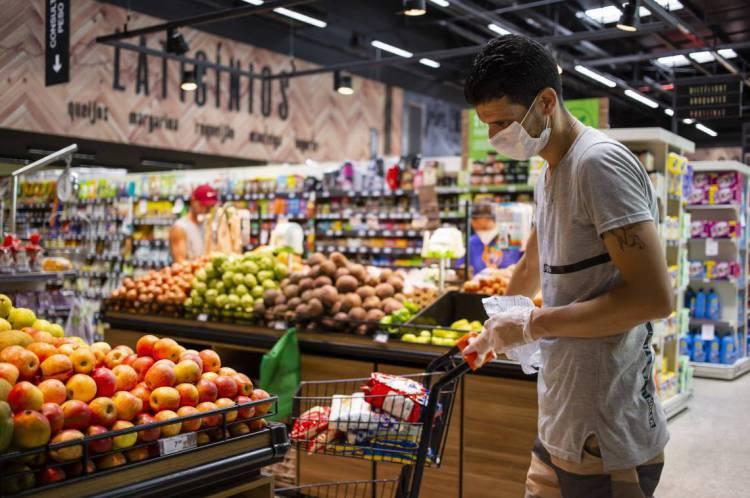 FORTALEZA, CE, BRASIL, 23-03-2020: Salah Zoghlami, Barbeiro. Pessoas que vão ao supermercado em meio a pandemia do COVID-19. Supermercado Pinheiro que fica na Avenida Monsenhor Tabosa, no bairro Praia de Iracema. (Foto: Aurelio Alves/O POVO)..