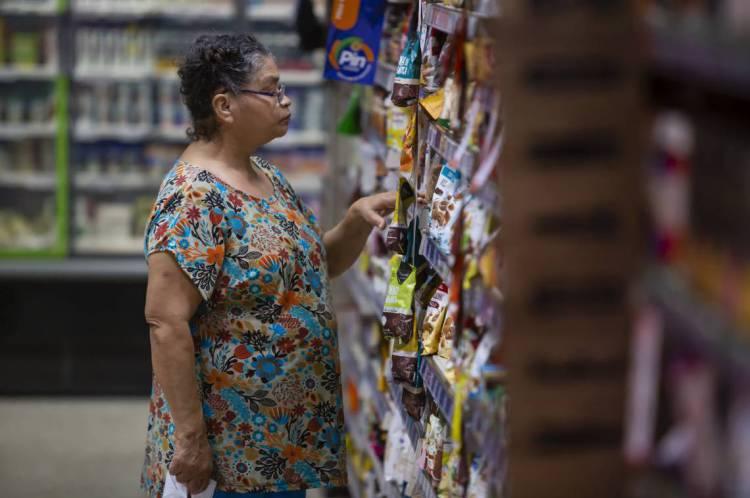 FORTALEZA, CE, BRASIL, 23-03-2020: Idosos fazem compras. Pessoas que vão ao supermercado em meio a pandemia do COVID-19. Supermercado Pinheiro que fica na Avenida Monsenhor Tabosa, no bairro Praia de Iracema. (Foto: Aurelio Alves/O POVO)..
