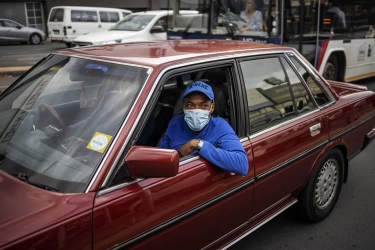 Um homem usa máscara facial em meio a preocupações com a disseminação do coronavírus COVID-19 em Craighall Park, Joanesburgo, em 23 de março de 2020, antes de um discurso à nação pelo presidente Cyril Ramaphosa sobre medidas para impedir a disseminação do coronavírus COVID-19 no país, que agora tem as maiores infecções na África Subsaariana. - Em 23 de março de 2020, a África do Sul anunciou 402 casos confirmados do coronavírus COVID-19, um aumento de 128 em relação ao registro de 22 de março de 2020. (Foto de Michele Spatari / AFP)  Rubrica (Foto: Michele Spatari / AFP)
