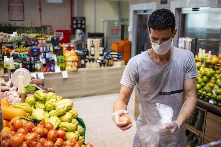 Pessoas que vão ao supermercado em meio à pandemia da Covid-19 precisam tomar cuidados redobrados. (Foto: Aurelio Alves/O POVO).. (Foto: Aurelio Alves/O POVOS)