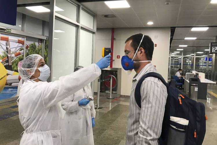 Passageiros no Aeroporto de Fortaleza passam por inspeção capaz de detectar sintomas relacionados ao novo coronavírus (Foto: Divulgação)